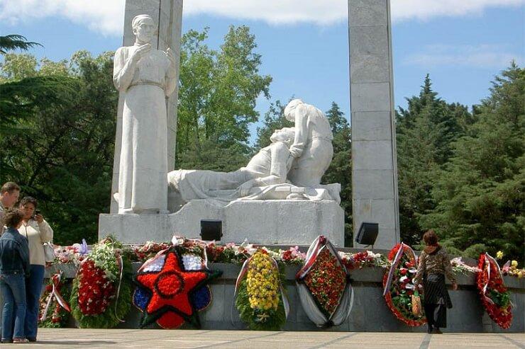 Памятник сочинским медикам