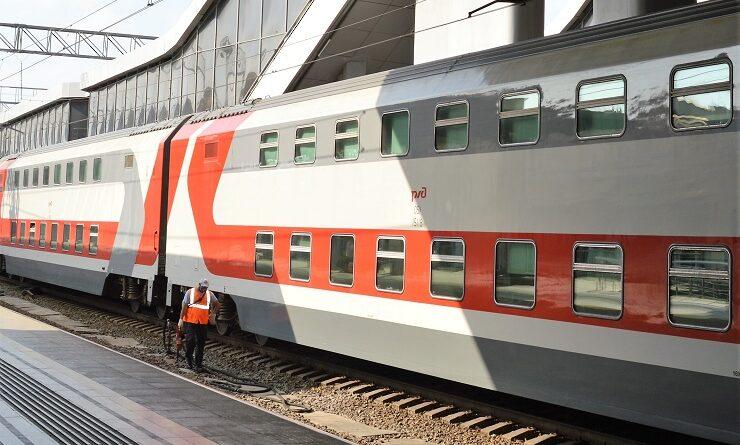 Двухэтажные вагоны на вокзале в Адлере
