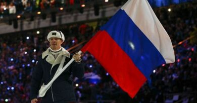 Александр Зубков несет знамя России