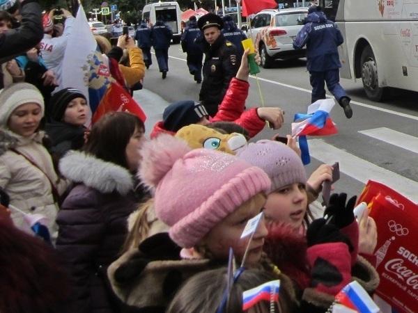 Олимпийский огонь в Адлере. Дети