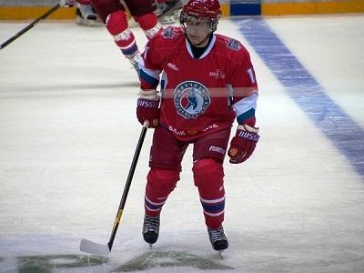 Путин играет в хоккей. На льду