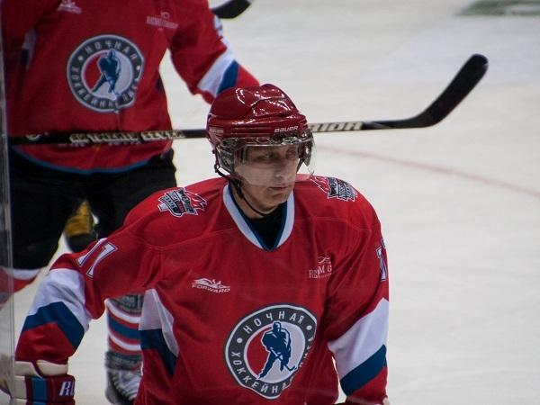 Путин играет в хоккей. Президент