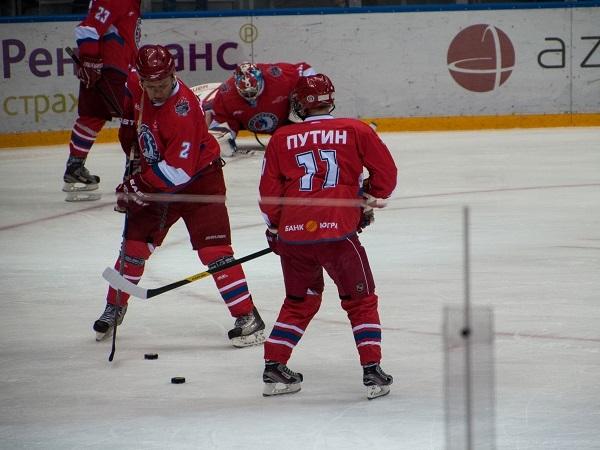 Путин играет в хоккей. Вбрасывание