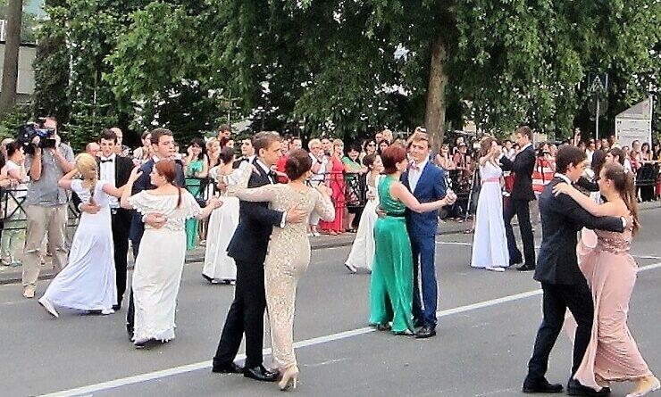 Выпускники Сочи танцуют вальс