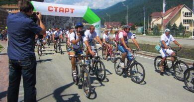 Велосипедисты по дороге на Красную Поляну
