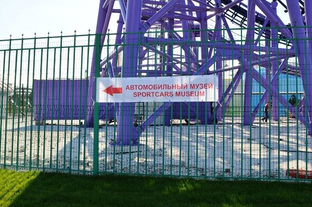Автомобильный музей в Олимпийском парке. Указатель