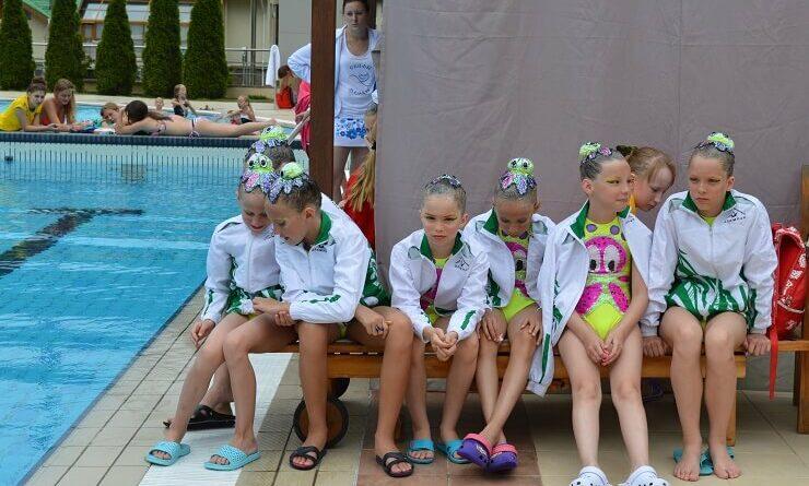 Команда ждет своего выхода на соревнования по синхронному плаванью