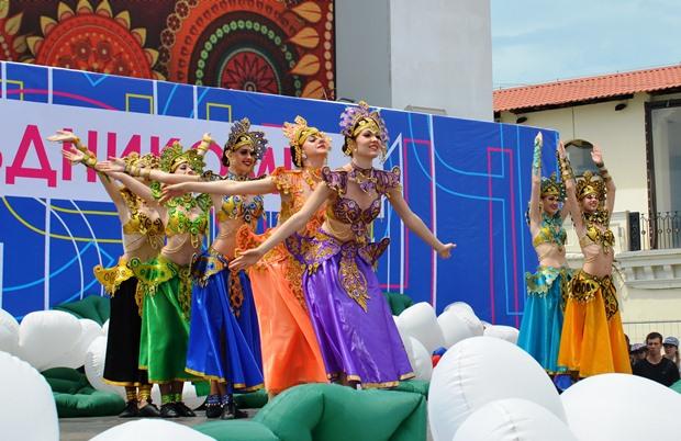 Конкурс карнавальных костюмов в Сочи. Концерт