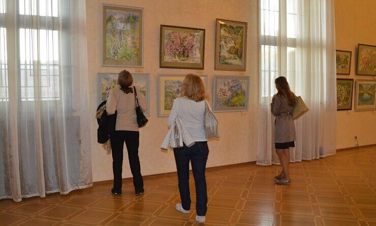 Посетители музея рассматривают картины