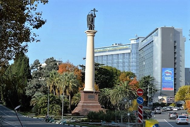 Курортный проспект в Сочи. Памятник Архангелу Михаилу