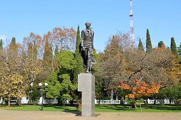 Курортный проспект в Сочи. Памятник Островскому