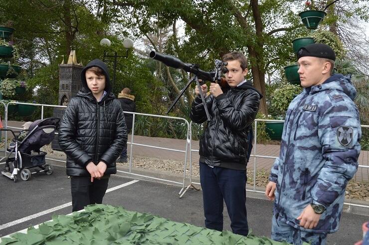 Выставка военной техники и оружия у Зимнего театра