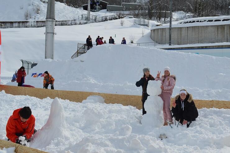 Дети лепят снежную бабу