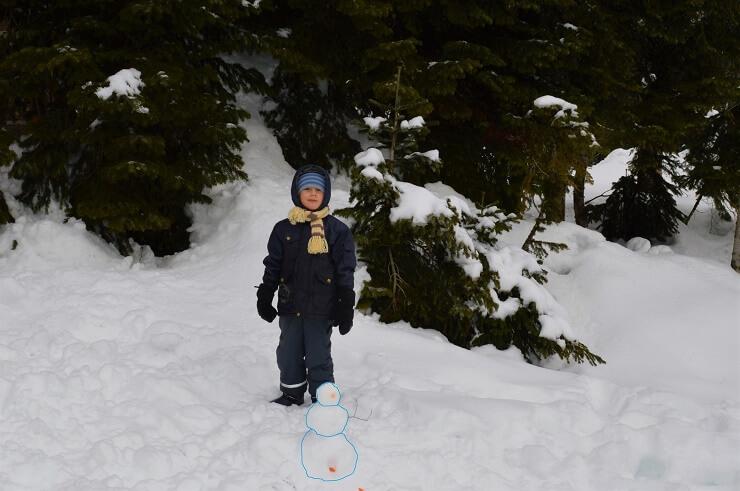 Мальчик слепил снеговика