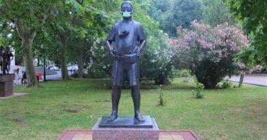 Памятник туристу в медицинской маске