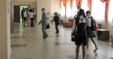 Девочки в школьном коридоре