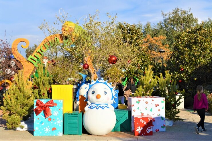 Фотозона: снеговик и подарки