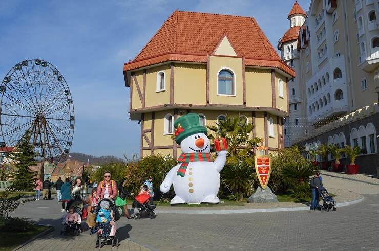 Снеговик у отеля Богатырь