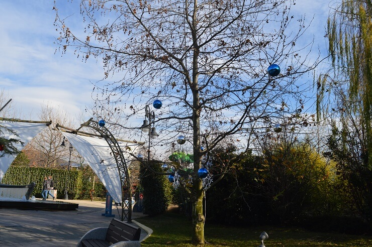 Дерево с Новогодними шарами