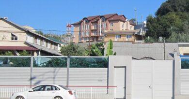 Забор по дороге на Красную Поляну