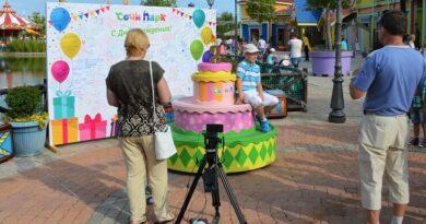 Именинный торт у входа в Сочи Парк