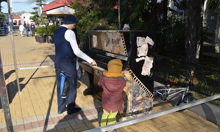 Уличное пианино в Сочи у морпорта