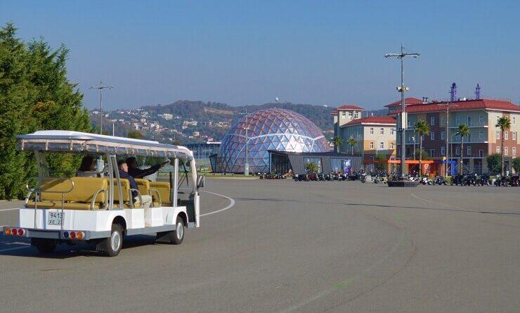 Экскурсовод показывает планетарий в Олимпийском парке