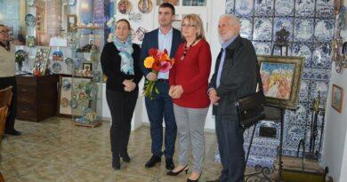 Наталья Барсукова принимает поздравления с 20-летием Музея керамики Юрия Новикова